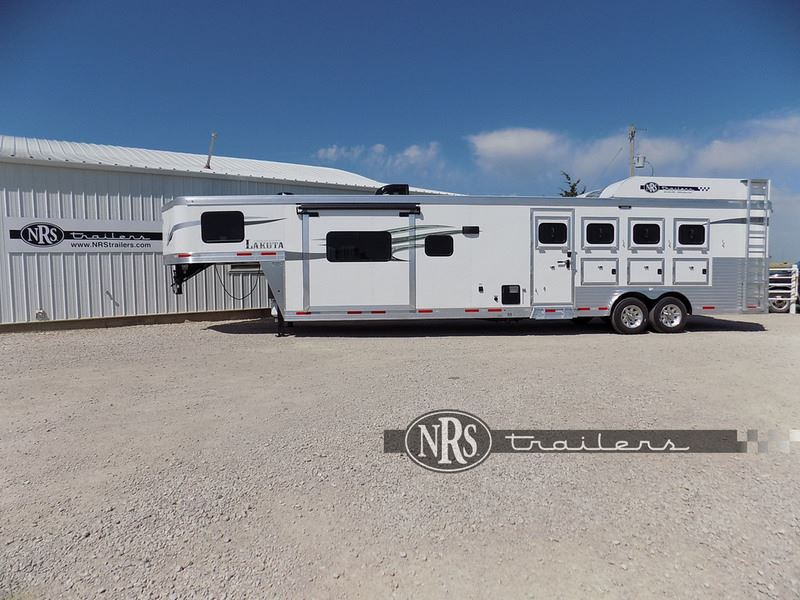2019 Lakota charger 4 horse 15' living quarters with slide out